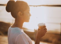 young-woman-drinking-coffee-at-sunset_t20_vK4LP6